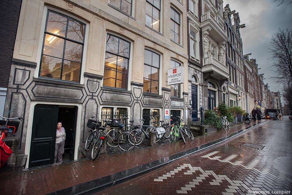 de kruispost aan de oudezijdsvoorburgwal 129 in Amsterdam. Gratis medische zorg voor mensen die buiten het systeem van verzekeringen valllen door bijvoorbeeld illegaliteit of dakloos zijn. Tandarten aan het werk gefotografeerd met onherkenbare patient