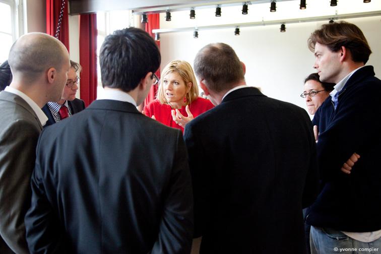 Een werkbezoek van prinses Maxima bij het AUC. De prinses was aanwezig bij 2 colleges en sprak met verschillende mensen. Hier met metdocenten van het AUC