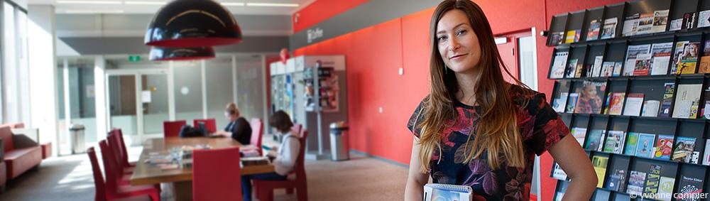voor de website van Topselect foto's van Emma, communicatiemedewerker.
