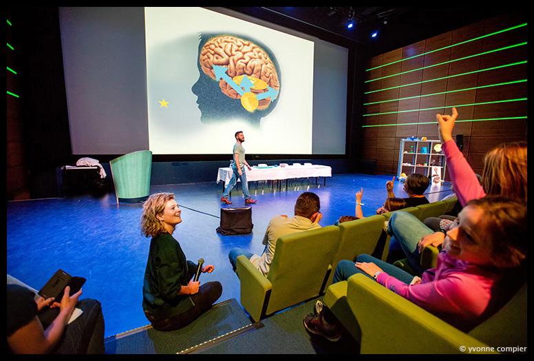 Voor Nemo een reportage van Klokhuisdag 2016, wetenschappers die vragen van kinderen beantwoorden in verschillende shows en vragenuurtjes, op de foto met een wetenschapper, inschrijvingen