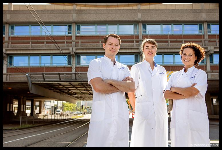 Voor het VUMC groepsfoto's voor billoard en abri's ter gelegenheid van het 50 jarig bestaan van het Vumc. groep 1 bestaat uit Bog, Anna en Cynthia. In witte doktersjassen voor de brug tussen poli en ziekenhuis.