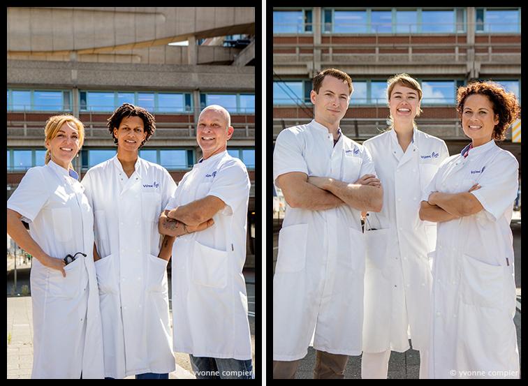 Voor het VUMC groepsfoto's voor abri's ter gelegenheid van het 50 jarig bestaan van het Vumc. groep 2 bestaat uit Julia, Muriel en Martin. In witte doktersjassen voor de brug tussen poli en ziekenhuis.