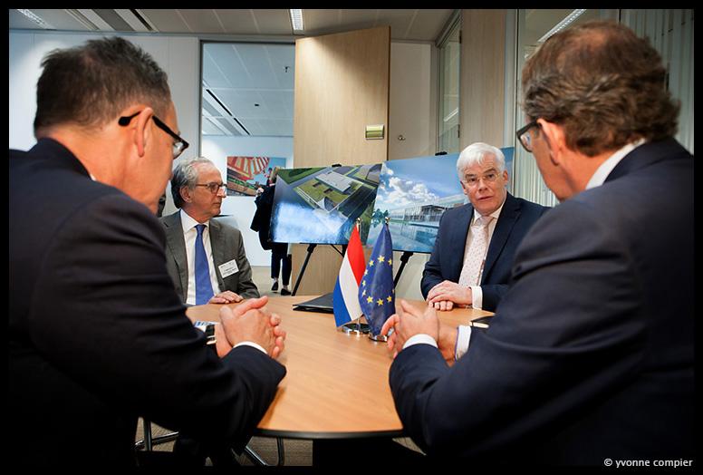 opening nieuw kantoor van de Europese Investeringsbank in Amsterdam, ondertekening