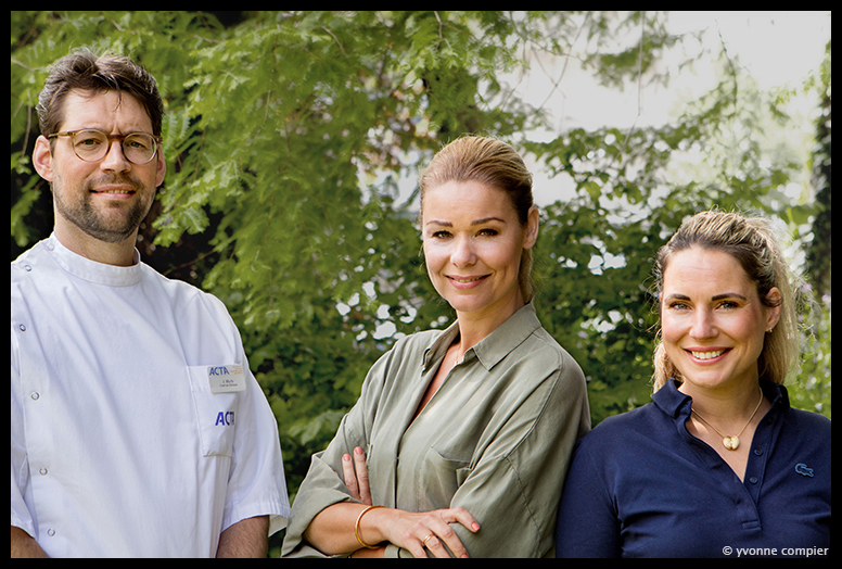 Voor Tincan een productiefoto voor RTL4 programma Genante Tanden, Op de foto presentatrice Froukje de Both, tandarts Joris en mondhygieniste Marie-Anne