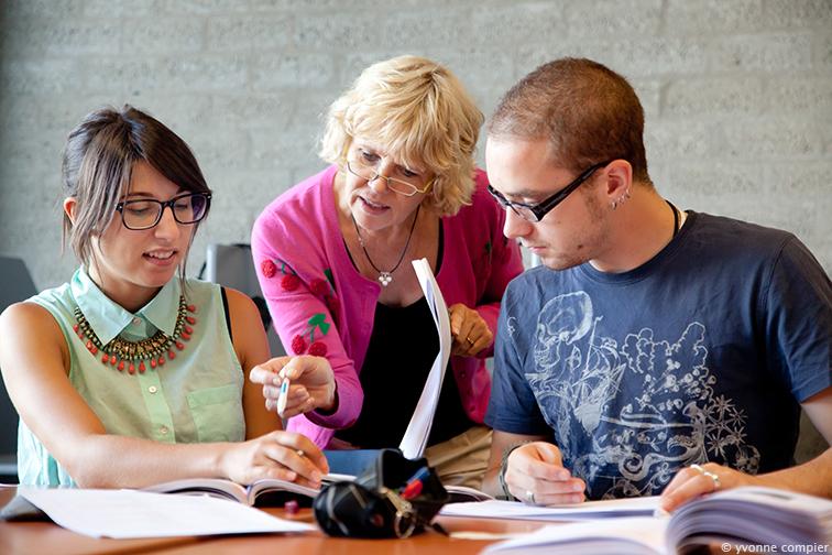 foto's tijdens een college van NT-2 op de Vu. Docent is Gerrie Gastelaars. Studenten komen uit het buitenland, op de Vu studeren en doen daarom een taalcursus