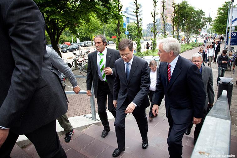 De aankomst van minister Balkenende op de Vu. Verwelkomt door dhr. Kees Rutten, lid van het College van Bestuur van de Vu. Balkenende komt op de Vu i.v.m. de Nova College Tour.