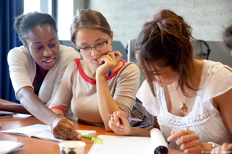 foto's tijdens een college van NT-2 op de Vu. Docent is Linda Verstraten. Studenten komen uit het buitenland, op de Vu studeren en doen daarom een taalcursus