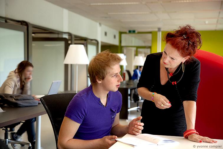 Een foto voor Studentenbegeleiding voor Dienst Studenten Zaken, DSZ. Ellen Hulshof als docent op de foto met Sem van Gelder als student.