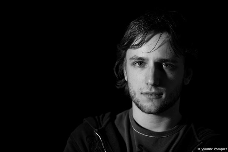 een portret van Michel Scholte, gefotografeerd voor het Annual Review in de studio, zwart-wit