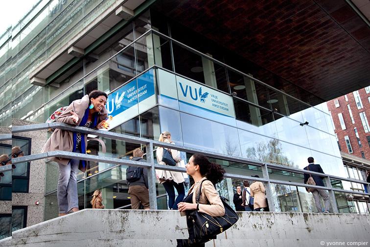 studenten bij de hoofdingang van de Vu