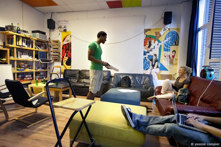 studenten op de campus , Vincent en Marrit, op en rond de campus voor algemeen gebruik voor de VU. In de kamer van studentenvereniging