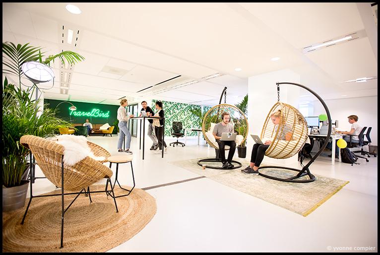 Een foto voor Porternovelli, onderdeel van OmnicomPRGroup, van een modern kantoor. Travelbird heeft een moderne werkomgeving. Gebruik voor een magazine van het ministrie van SZW, vanwege de nieuwe arbowet.