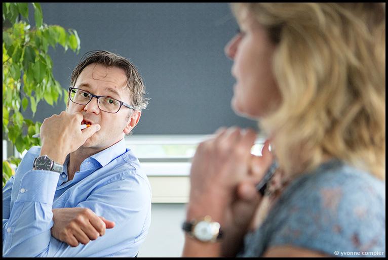 Een foto voor Portretnovelli voor het magazine van het ministerie van SZW, de nieuwe arbowet. 2 arboartsen in gesprek over de voor en tegens van de nieuwe arbowet