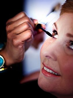 3 dames krijgen in de schoonheidssalon in Breda een behandeling